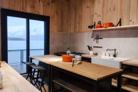 îlot central de cuisine - House-Todos-Los-Santos par Apio Arquitectos - Puerto Montt, Chili
