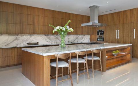 cuisine avec îlot central en marbre - Miami Beach Home par Luis Bosch - Miami Beach, USA