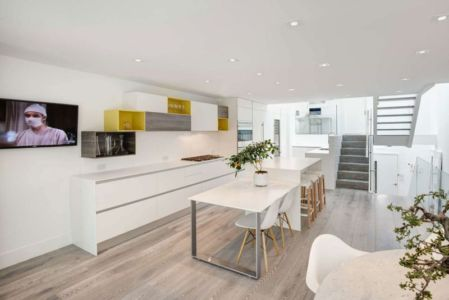 îlot central de cuisine & coin TV - Berryman-Street-Residence par AUDAX architecture - Ontario, Canada