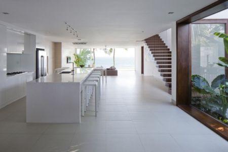 cuisine  et îlot central - sofka par MM++ Architects - Phan Thiet, Vietnam