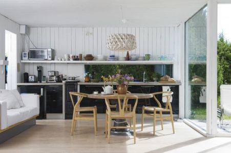 séjour et cuisine - juniper-house par Murman Arkitekter - Kattammarsvik, Suède.jpg