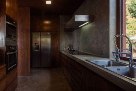 équipement cuisine - Casa de Seixas par Castro Calapez Arquitectos - Caminha, Portugal