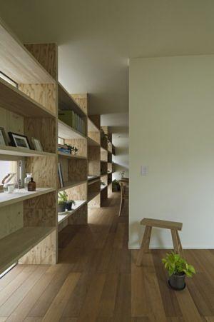 étagères bois - checkered-house par Takeshi Shikauchi - Tokyo, Japon