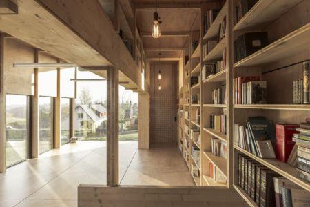 étage vitré et sa bibliothèque - Cliffs Impasse par ZIEGLER Antonin architecte - Senneville-sur-Fécamp, France