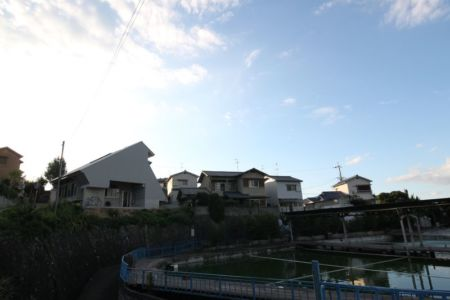 étang d'eau - Passive-House par Kikuma Watanabe - Kasugoaka, Japon
