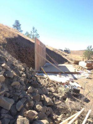étapes de construction flanc de montagne - Hobbit-Village par Kristie Wolfe - Chelan, USA