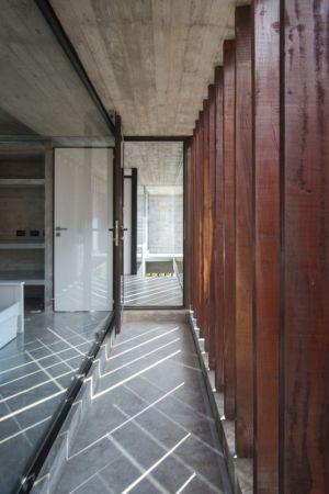 accès entrée - MR House par Luciano Kruk Arquitectos - La Esmeralda, Argentine