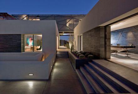 accès extérieur de nuit - Tresarca House par assemblageSTUDIO - Las Vegas, Nevada, Usa