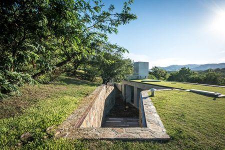 accès extérieur par toiture - House in Q2 par Santiago Viale - Mendiolaza, Argentine