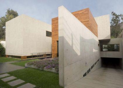 accès garage - House-H par Jaime Ortiz Zevallos - Lima, Pérou