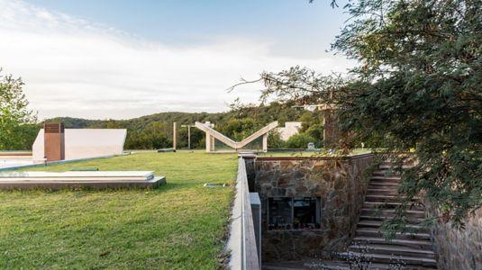 accès par escalier et toiture végétalisée - House in Q2 par Santiago Viale - Mendiolaza, Argentine