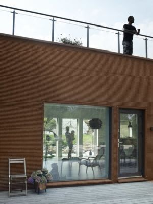 accès terrasse - PlayHouse par  Street Monkey Architects + Bjerking - Värmdö, Suède