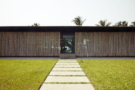 allée entrée - Bambou pavillion par Koffi Diabat architectes - Assinie-Mafia, Côte d'Ivoire