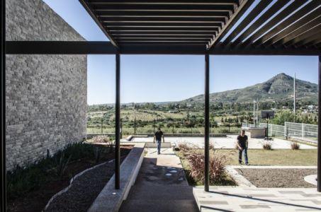 allée entrée - La Tomatina House par Plastik Arquitectos - Aguascalientes, Mexique