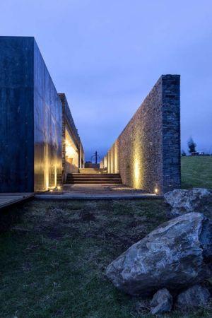 allée entrée éclairée  - Casa BS par  Elías Rizo Arquitectos - Tapalpa, Mexique