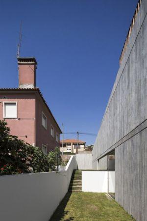 allée extérieur - house-caxias par António Costa Lima Arquitectos - Caxias, Portugal