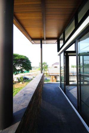 allée extérieure - Nature House par JUNSEKINO Architect - Changwattana, Bangkok, Thaïlande