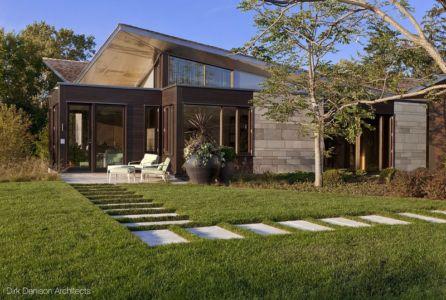 allée pavé vers jardin - Illinois residence par Dirk Denison architects - Usa