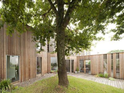 chêne au coeur du jardin - vlb-maison-bbc par Detroit Architectes - Verrières-le-Buisson, France