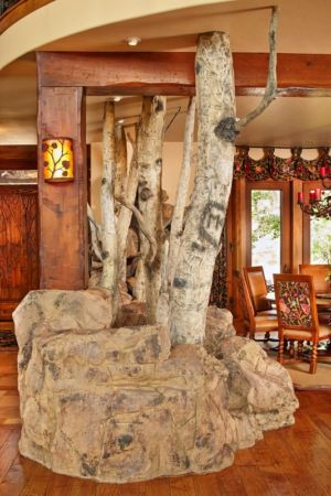 arbre dans salon - ranch contemporain en bois par Joe Robbins - Steamboat Spring, Usa