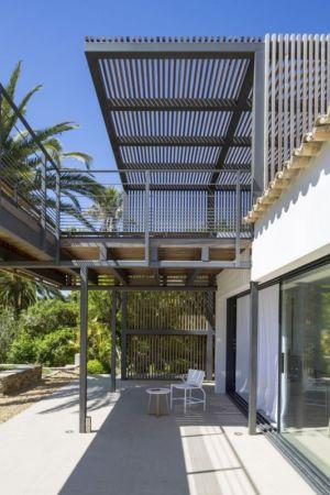 architecture acier balcon terrasse - Maison L2 par Vincent Coste - Saint-Tropez, France