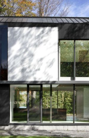 baie coulissante salon - Private Residence St-Sauveur par Saucier + Perrotte architectes - Saint-Sauveur, Canada