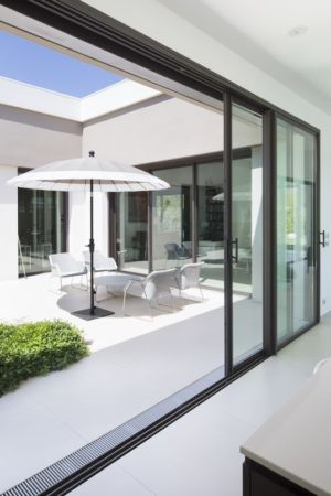 baie ouverte sur terrasse - Villa Sainte-Victoire par Henri Paret Architecte avec Kawneer - Aix en Provence, France