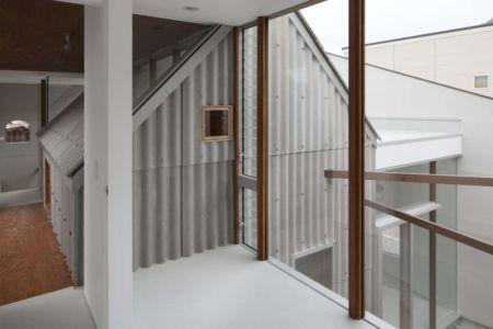 baie vitrée étage - jodie-cooper-maison bois contemporaine par Masahiro Miyake - Tokushima, Japon