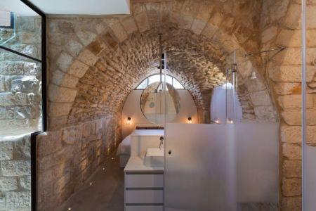 baie vitrée & chambre - Stone-House par Henkin Shavit Architecture & Design - Safed, Israël