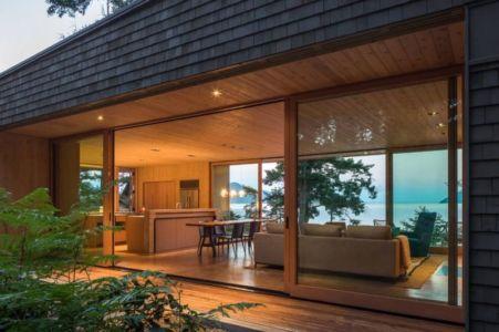 baie vitrée coulissante et vue salon-séjour - Woodsy-Retreat par Heliotrope Architects - Washington, USA
