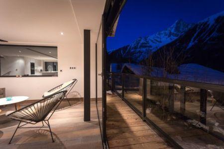 baie vitrée coulissante accès balcon - Chalet-Dag par Chevalier Architectes - France
