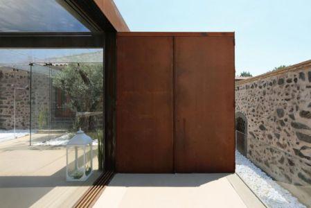 baie vitrée entrée - Sicillian-Farm-Renovation par ACA Amore Campione Architettura - Sicile, Italie