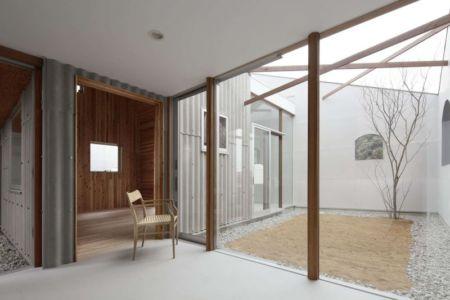 baie vitrée entrée & cour intérieur - maison bois contemporaine par Masahiro Miyake - Tokushima, Japon