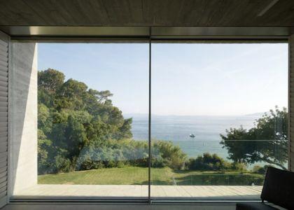baie vitrée et panorama - Maison Le Cap par Pascal Grasso - Var, France