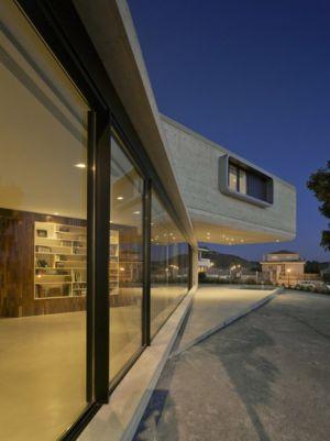 baie vitrée et terrasse de nuit - Crossed House par Clavel Arquitectos - La Alcayna, Espagne