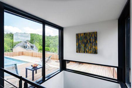baie vitrée - maison bois par Hugues Tournier - Cardaillac, France