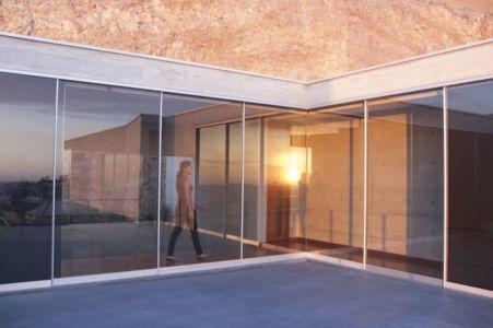 baie vitrée rez de chaussée - House-Hillside par Benavides & Watmough arquitectos - Santiago, Pérou