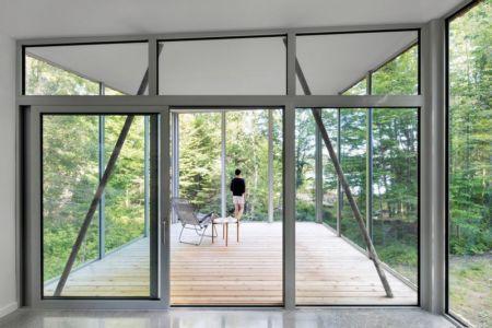 baie vitrée terrasse - Maison du Lac Grenier par Paul Bernier Architecte - Estérel, Canada