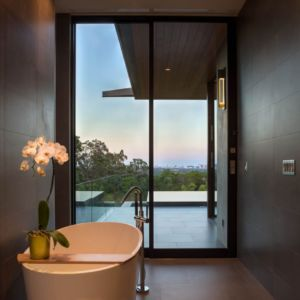 baignoire - Waterfall-House par Dick Clark + Associates. - Austin, Usa