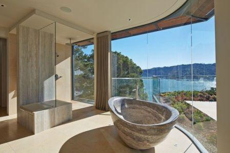 baignoire en pierre - maison exclusive par Polsky Perlstein Architectes - San Francisco, USA