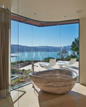baignoire en pierre & vue balcon - maison exclusive par Polsky Perlstein Architectes - San Francisco, USA