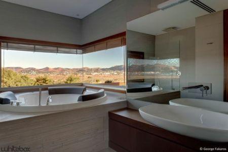 baignoire salle de bains - Stone House par Whitebox Architectes - Athènes, Grèce