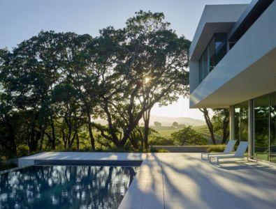 bains de soleil près piscine façade terrasse - Vineyards-Residence par Swatt Miers Architects - Californie, USA