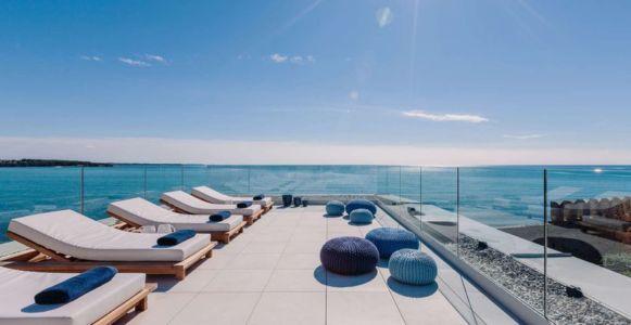 bains de soleil toiture terrasse - House Sperone par Studio Metrocubo - Novigrad, Croatie