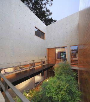 balcon accès entrée & façade souterraine - House-H par Jaime Ortiz Zevallos - Lima, Pérou