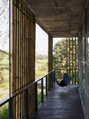 balcon bois - Riparian-House - Architecture Brio - Karjat, Inde