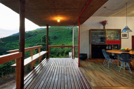 balcon bois & grande baie vitrée coulissante - Dom-Vicoso-House par Brasil Arquitetura - Dom Viçoso, Bresil