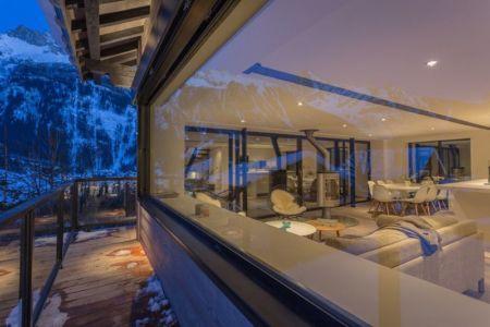 balcon bois & grande baie vitrée pièce de vie - Chalet-Dag par Chevalier Architectes - France