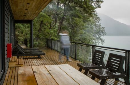 balcon bois & mobilier - House-Todos-Los-Santos par Apio Arquitectos - Puerto Montt, Chili