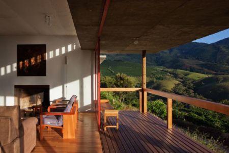 balcon bois & vue salon - Dom-Vicoso-House par Brasil Arquitetura - Dom Viçoso, Bresil
